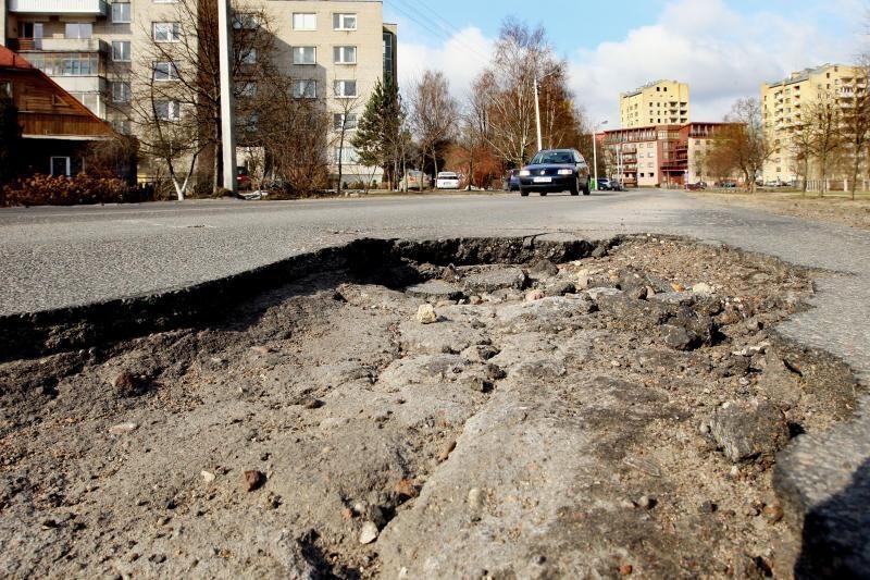 Duobes gatvėse siūlo užpildyti nuo smūgio kietėjančiu skysčiu