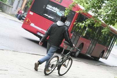 Naktį į troleibusą ar autobusą – tik pro priekines duris