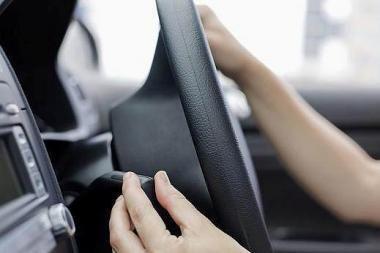 Moteris 34 metus automobiliu važinėjo be teisių