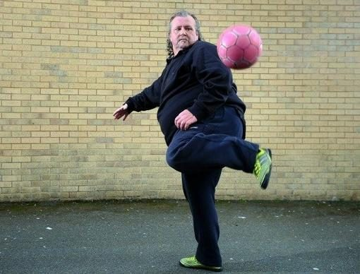 50-metis antsvorio turintis vyrukas demonstravo triukus su kamuoliu