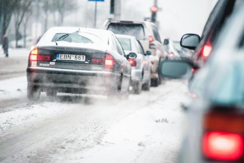 Kelininkai įspėja: keliuose yra slidžių ruožų, kai kur tvyro rūkas
