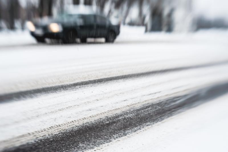 Keliai slidūs, kelininkai įspėja vairuotojus laikytis saugaus atstumo