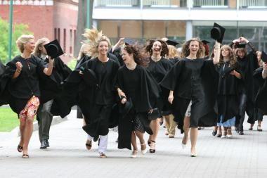 Tyrimas: kas geriau universitetinis ar profesinis išsilavinimas?