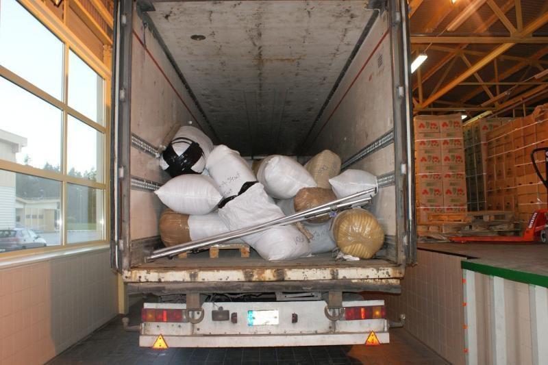 Po obuoliais – 5 tonos nelegaliai gabenamų drabužių