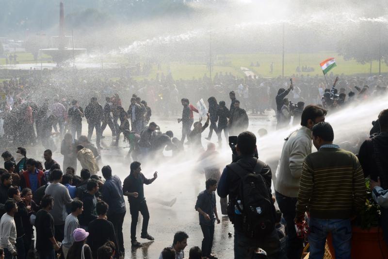 Delyje policija susirėmė su žmonėmis: protestas prieš prievartavimą