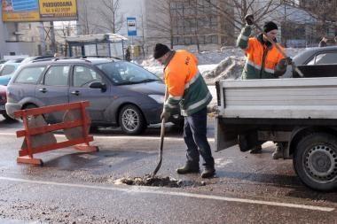 Kelininkai suskubo užlyginti avarines duobes gatvėse