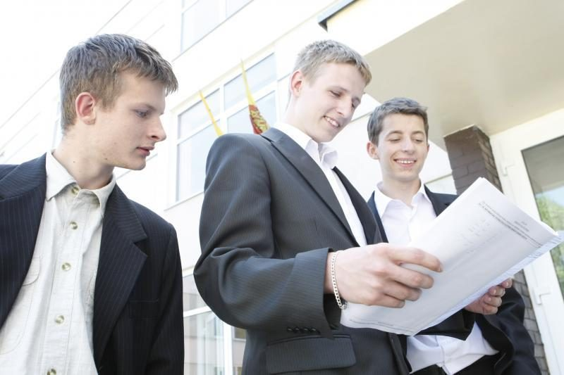Bus skelbiami anglų ir rusų kalbų valstybinių egzaminų rezultatai