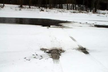 Nelaimė Ukmergėje: užvestas automobilis nugarmėjo tiesiai į upę
