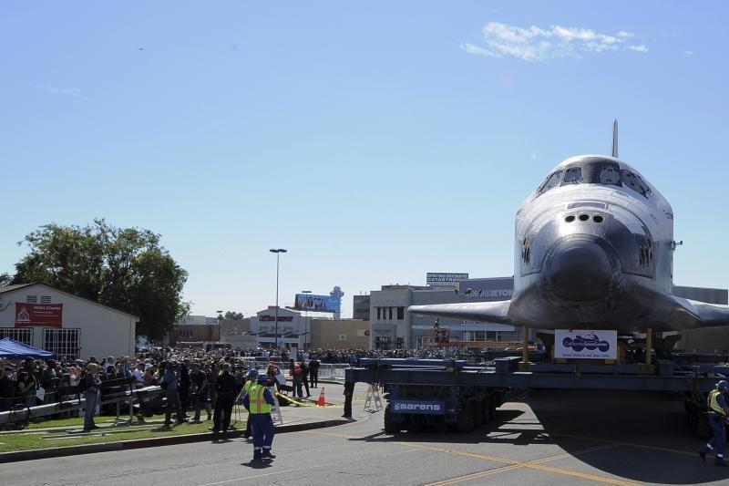 """Erdvėlaivis """"Endeavour"""" vežamas Los Andželo gatvėmis (foto)"""