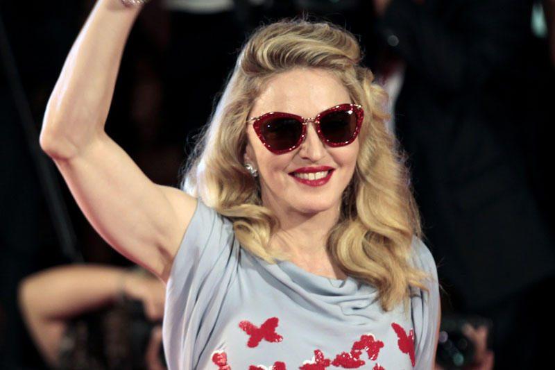 Skirdama dainą Madonna bando taikytis su E. Johnu