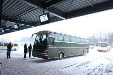 Sniegas sutrikdė priemiestinių autobusų darbą