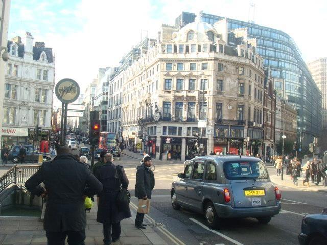 Londone lietuviai savo tautiečiams pardavinėja nemokamus žemėlapius