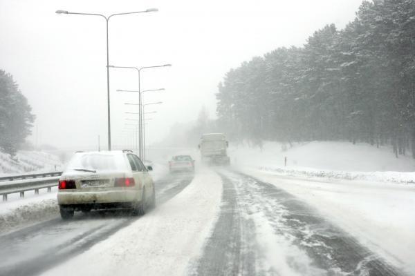 Klaipėdos regione kelininkai traukė užklimpusius automobilius
