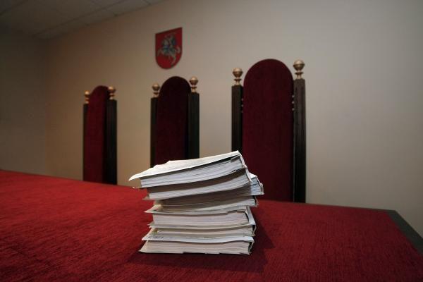 E.Karaliaus bylą nagrinėjantis teismas dar kartą kreipėsi į KT