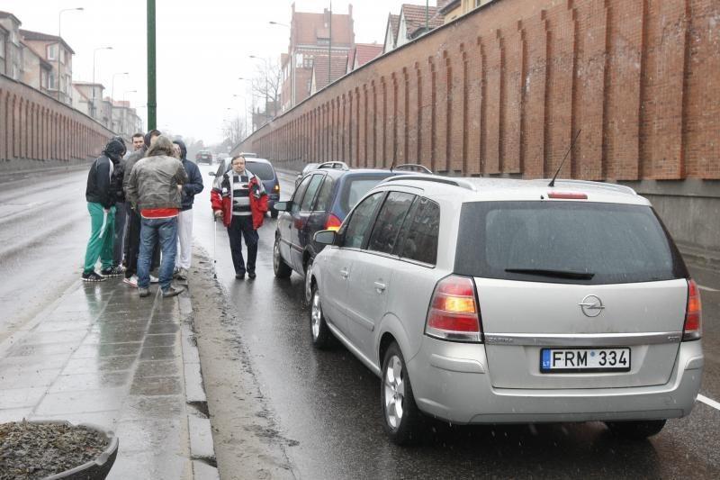 Klaipėdoje prie viaduko susidūrė trys mašinos