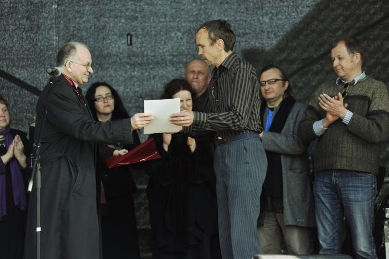 Menininkai apdovanojo Garliavos budėtojus