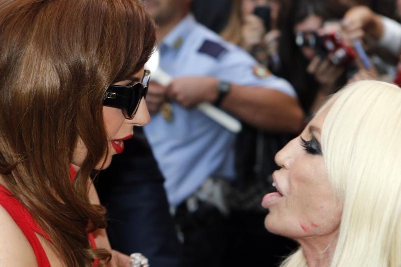 Papilnėjusi Lady Gaga susitiko su dizainere D. Versace (foto)