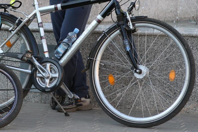 Vagis  dviratininką  paliko be  kelnių