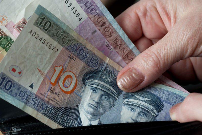 Per pusmetį valdininkų priemokoms išmokėta beveik 2 mln. litų