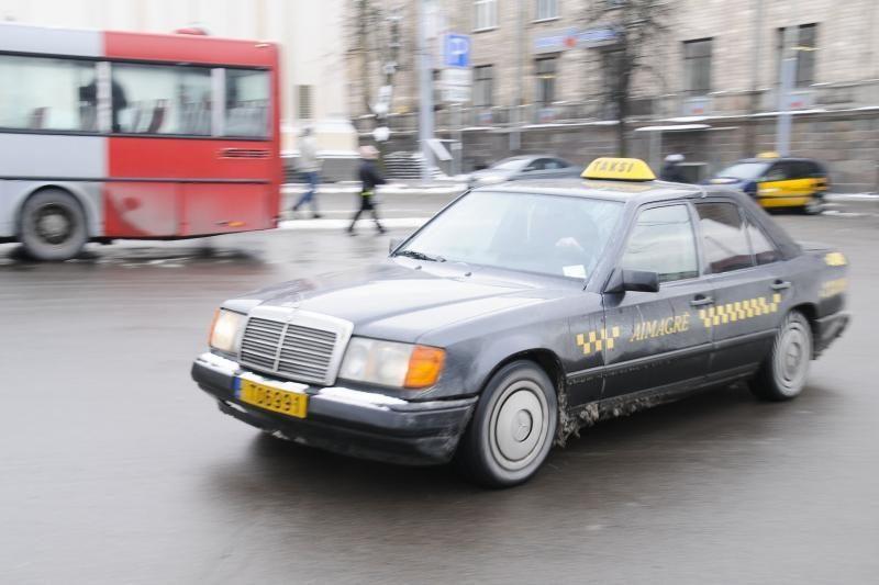 Ketinama griežtinti apskaitą taksi automobiliuose (papildyta)