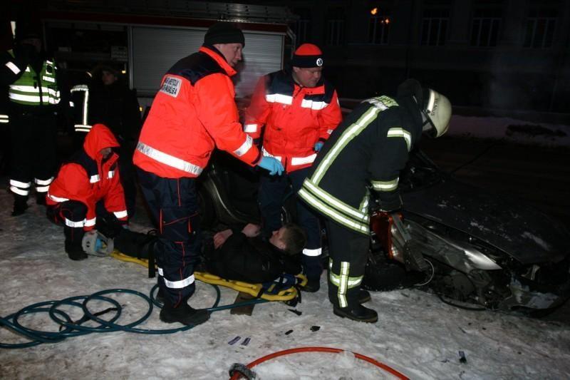 Sprukdami nuo policijos jaunuoliai Vilniaus centre atsitrenkė į medį