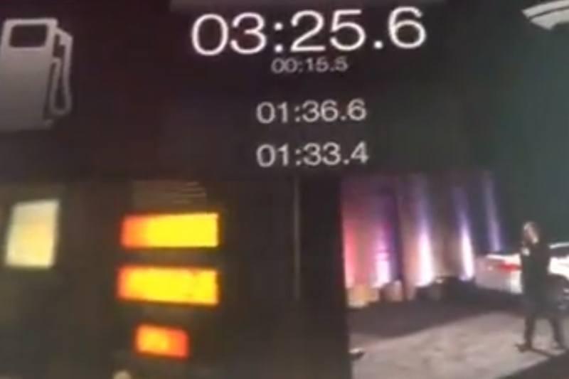 """""""Tesla"""" pristatė automatinį baterijų keitimo servisą"""
