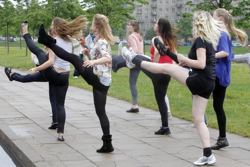 Sostinėje purškiantis lietus neišgąsdino šokėjų