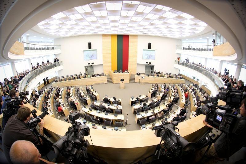 Sugiedoję himną Seimo nariai baigė pavasario sesiją