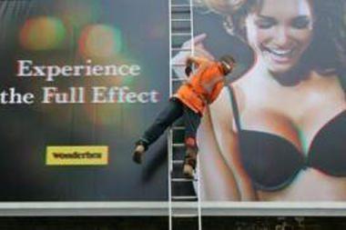 Londone kilo aistros dėl trimatės moteriškos liemenėlės reklamos