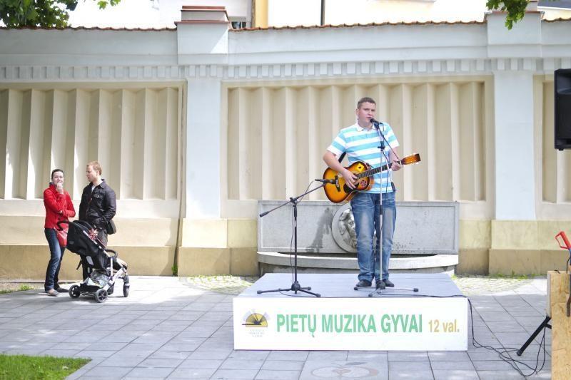 S.Moniuškos skverelyje – gyvos muzikos pertraukėlė kasdien