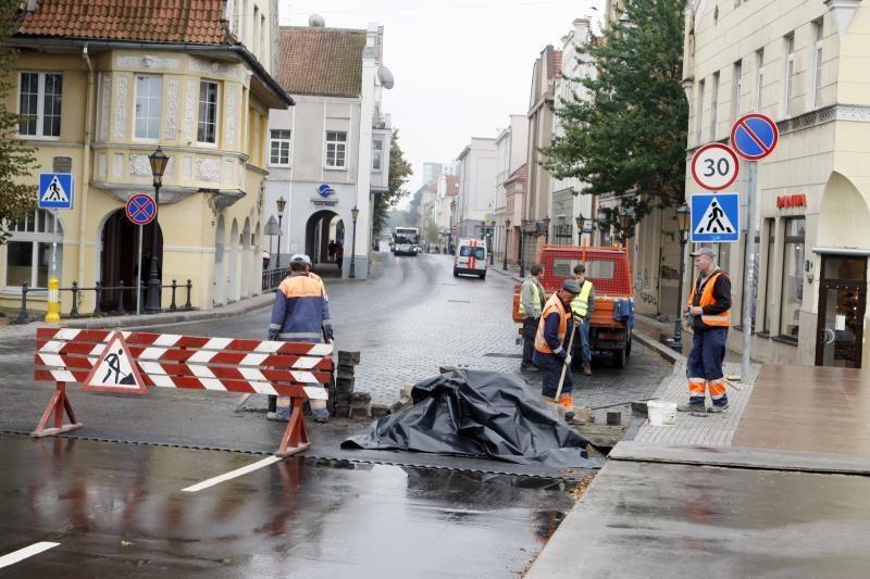 Tiltų gatvėje darbininkai remontavo įdubas
