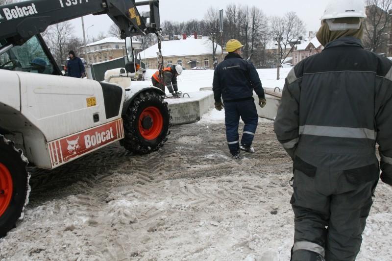 Vilniuje ant viaduko iškrito vežamo krano konstrukcijos