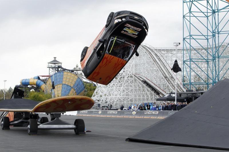 Įspūdingas kaskadininko šuolis: automobilis apsivertė 360 laipsnių