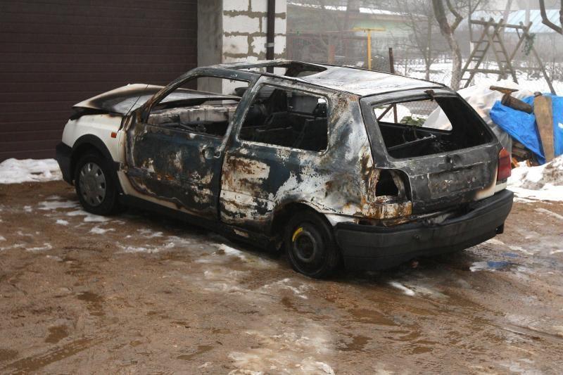 Kaune liepsnos prarijo du automobilius