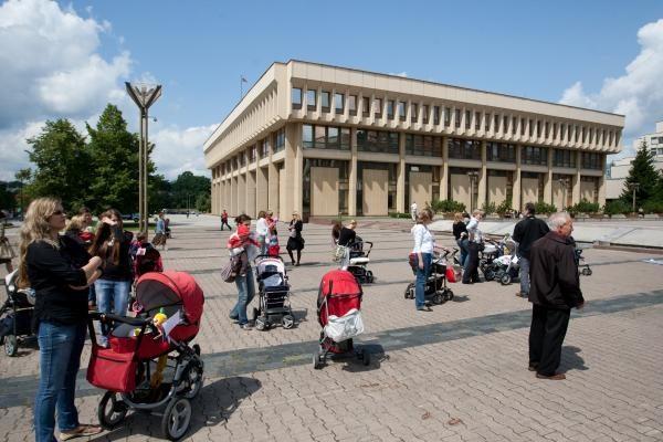 Tėvų ir mamų proteste - žiūronai A.Kubiliui ir A.Valinskui