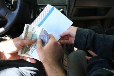 Kaunietė valstybės tarnautojams davė 50 tūkst. litų kyšių (papildyta)