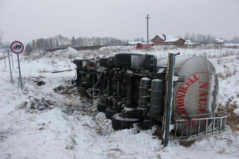 Posūkyje – vilkiko avarija, iš cisternos veržėsi išrūgos