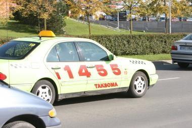 """""""Taksomos"""" taksistai iš klientų reikalavo didesnio mokesčio"""
