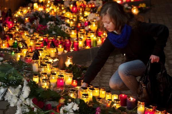 Vilnius gedi su visa Lenkija - ambasados prieigas šildo žvakės