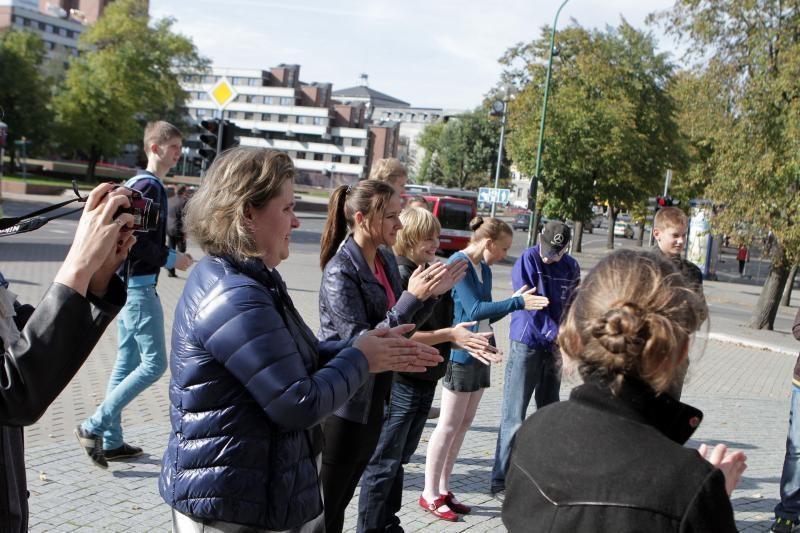 Moksleivių subėgtuvės uostamiesčio gatvėje