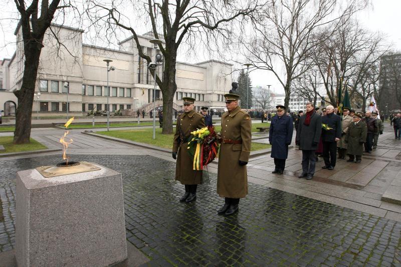 Nežinomo kareivio kapą nuklojo glėbiai gėlių
