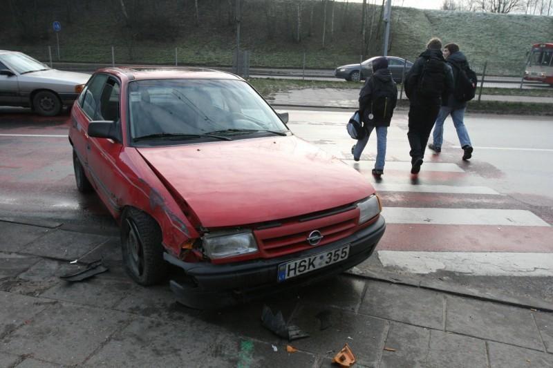 """Vilniuje šalia pėsčiųjų perėjos """"Opel"""" vairuotojas nuvertė stulpą"""
