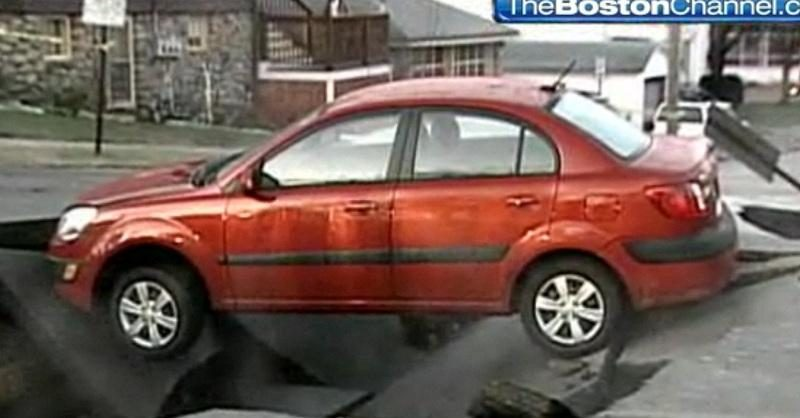 N.Hempšyro plačioje gatvėje vairuotoja įkrito į atsivėrusią smegduobę