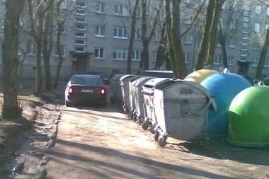 Atliekų konteineriai stovi tiesiog gatvėje