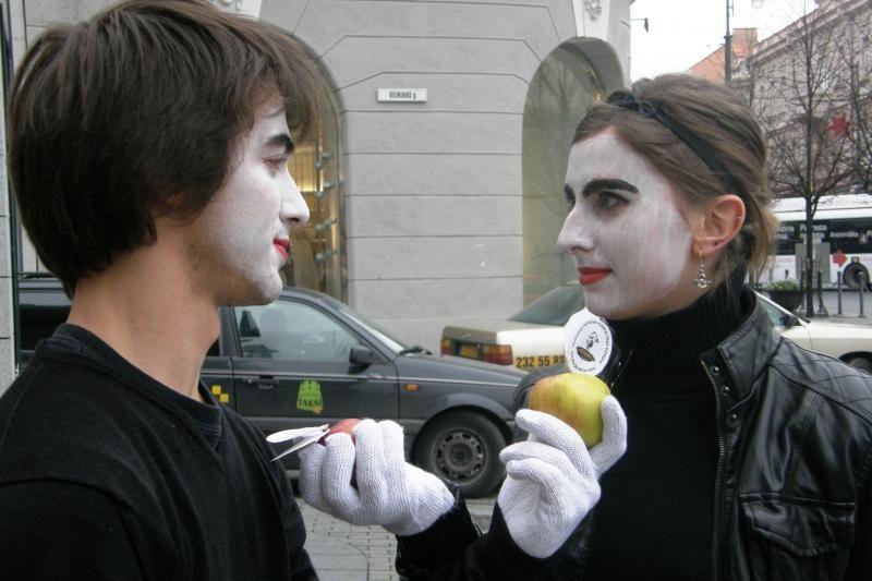 Nebylūs mimai moterims apie smurtą priminė dalydami obuolius