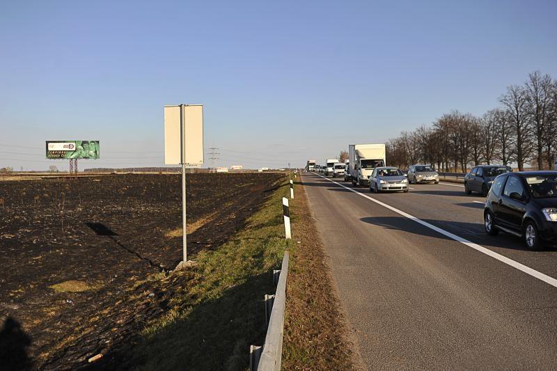 Prie Rumšiškių deganti žolė sukėlė dvi avarijas