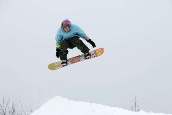 Austrijoje gausiai pasnigus atkirsti slidinėjimo kurortai
