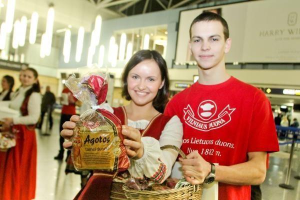 Išvykstantiems tautiečiams oro uoste buvo dalijama duona
