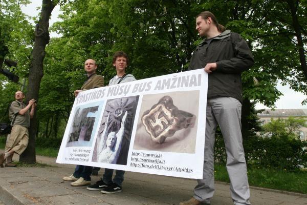 Lietuviškos svastikos – priešais uostamiesčio komisariatą