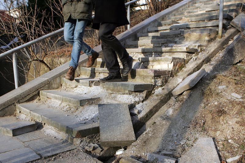 Griūvantiems  miesto  laiptams – nė lito